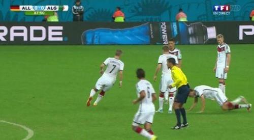 德国穆勒摔倒_德国队逗比任意球穆勒摔倒 亚洲已成世界足坛的凹地